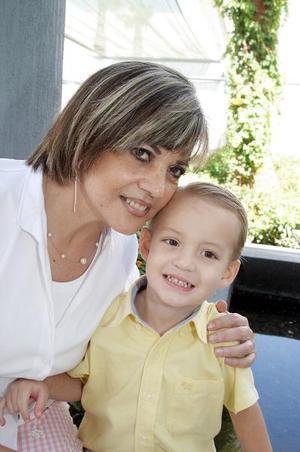 Susana Arratia con su nieto Carlos Eduardo.