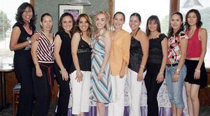 Adriana Rodríguez Cabrales fue despedida de su vida de soltera, con una reunión a la que asistieron múltiples invitadas para felicitarla por su cercano enlace matrimonial.