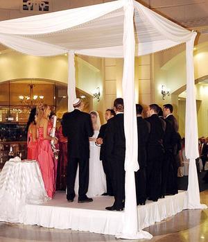 <b>27 de julio 2005</b><p> Sujetándose a las reglas de la religión judía, se celebro la boda de la lagunera Vanesa Valadés Macías y su hoy esposo Ilan Danjoux.