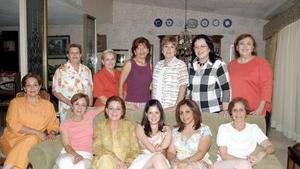 <b>28 de julio 2005</b><p> Scarlett Murra Papadópulos acompañada por un grupo de amigas en reciente convivio.