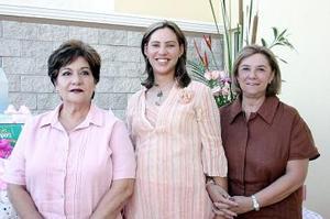 <b>27 de julio 2005</b><p> María Cristina Muñoz Lavín y Guadalupe Becerra le ofrecieron una fiesta de canastilla a Ana Cristina Lavín de Herrera, en honor del bebé que espera.
