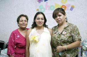 <b>28 de julio 2005</b><p> Jackeline Pérez de Ruvalcaba en compañía de las organizadoras de la fiesta de canastilla que le ofrecieron, en honor del bebé que espera.
