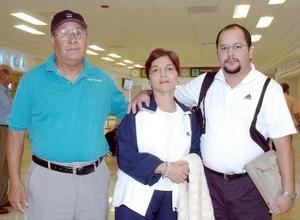 Jesús Coto viajó a México y lo despidieron Rosario Barraza y Carlos Coto.
