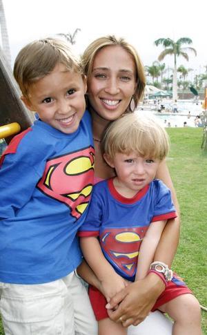 Luly de Oviedo con sus hijos Santiago y Pablo.