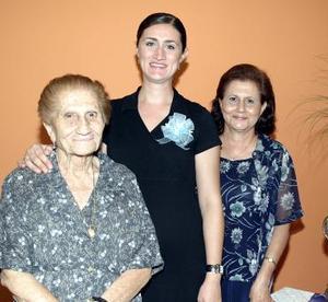 Ana Cristina Camacho de Mena en compañía de su abuelita, Emilia Abularach de Dabdoub y su mamá, Mariía Cristina Dabdoub de Camacho, quienes le prepararon una bonita fiesta de canastilla.