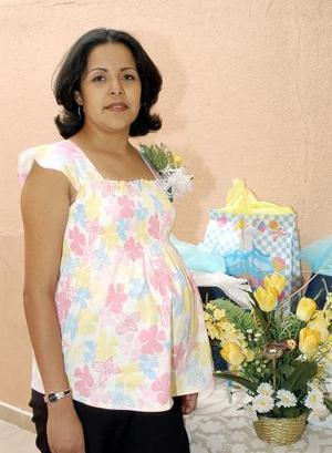 Goretti Maya de Alcalá espera el nacimiento de su segundo bebé, motivo por el cual fue felicitada en la fiesta de canastilla que le organizaron sus familiares en días pasados.
