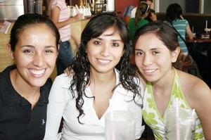 <b>27 de julio 2005</b><p>  Annie Abraham, Sara Oropeza y Cris Flores.