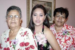 <b>27 de julio 2005</b><p> Rosa Carolina Anguiano López fue despedida de su vida de soltera con un convivio que le organizaron su mamá, Fortunata López y su suegra, San Juana Moreno.