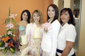 Dulce Patricia Villarreal Velázquez fue despedida de su vida de soltera, con una amena reunión organizada por su mamá, Irma Patricia y sus hermanas, Ana Paola y Claudia.