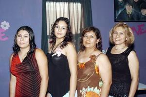 Mayra Lourdes Silva Ortega en la despedida que le organizaron su mamá, Lulú de Silva, sus tías Tely y Tessy Ortega y su hermana Brenda Lorena Silva.