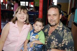 Óscar Gosserez Colchado celebró su tercer cumpleaños con una divertida piñata que le organizaron sus papás, Óscar Gosserez Torres y Cinthia Colchado de Gosserez.