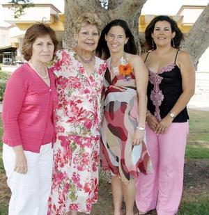 La festejada junto a su mamá, Rosalinda Garza de Ramos su suegra, Alicia Pámanes de Haro y su cuñada, Ana Alicia Haro de Peña.