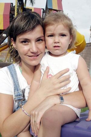 <b>30 de julio 2005</b><p> Rocío de Barocio y su hija Danna.