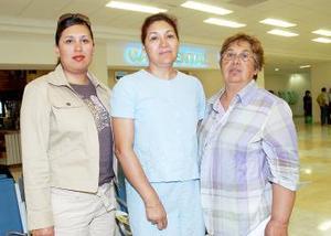 Leticia y Jovita Ayala viajaron a San Diego, las despidió Josefina Alemán.
