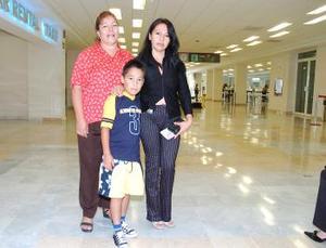 <b>31 de julio 2005</b><p> Rosario y Christian Antúnez viajaron a Tijuana, fueron  despedidos por Ángeles González.