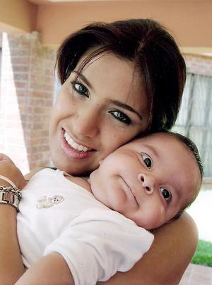 Adriana Ramírez con su bebé Adrián Segura Ramírez de cuatro meses de edad