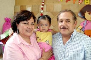 Carmen y Jesús Manzanera con su nieta Isabella Anaya Manzanera, captados el día de su piñata.
