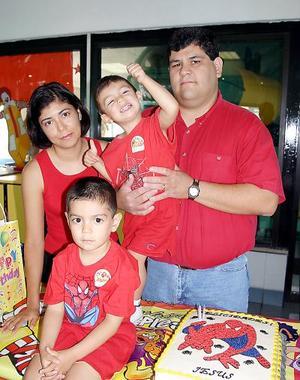 Acompañado por sus papás, Jesús Armijo Wong y Rocío Ramos de Armijo y de su pequeño hermanito Jesús Alejandro Armijo Ramos celebró su cumpleaños.