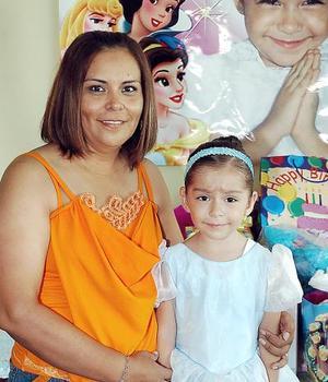 <b>31 de julio 2005</b><p> Ximena Maoloff Arreola junto a su mamá, Sayra Arreola Alvarado, el día de su cumpleaños