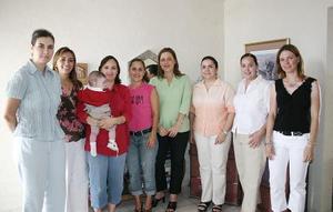 Marlena de López, Meme de Lazaga, Rocío de Villarreal, María Elena De Sáenz, Ana Cecy de Zugasti, Gaby de Ramos y Lorena de Martínez, le organizaron una fiesta de canastilla a Ana Cristina Cantú de Ruiz.