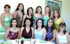 Rosa Itzel Beltrán Ríos, acompañada por algunas de las invitadas a la despedida de soltera que le ofreieron ya que contraerá nupcias con Héctor Medrano Reyes.