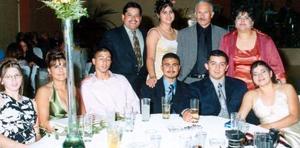 Uvaldo, Gaby, María, Raquel, Karina, Manuel y otros familiares que llegaron desde Acuña para felicitar a los novios.