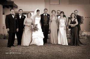 Los felices novio, Gaby Barrón y Víctor Moreno en su boda, acompañados por un grupo de familiares.