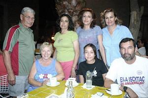 Mathew Maas, Ana Maas, Alma Díaz de Maas, Carolina de Ocón, Wendy Samaniego, Nora Díaz de Valdemar y Miguel Valdemar, en un grato convivio.