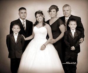 Srita. Ana Marlén Frausto de los Santos, en una foto de estudio con motivo de sus quince años, acompañada de sus familia.
