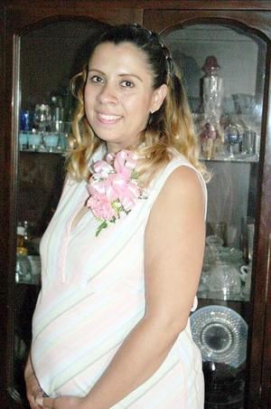 Alma Rosa Aranda Rivera recibió múltiples felicitaciones, en la fiesta de canastilla que le organizó un grupo de familiares y amistadesen honor del bebé que espera.