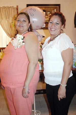 Mónica Lucero Villa Márquez espera el nacimiento de su bebé, y por ello Laura de Sánchez le ofreció una fiesta de canastilla.