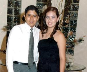 En su fiesta de graduación del Colegio La Luz, se captó a Emilia  Soledad Estrada Iturregui acompañada de Agustín Castor