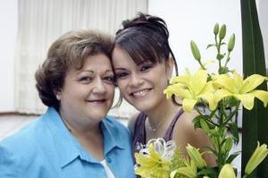 Lidia Gómez Serna captada en la despedida de soltera qu ele ofreció su mamá Beatriz Serna de Gómez, ya que el próximo 12 de agosto contraerá nupcias.