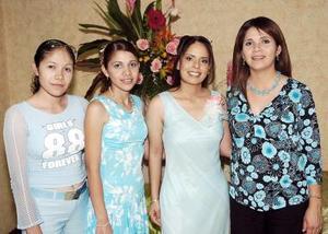 Rocío Elizabeth Muñoz López, captada en su despedida con sus primas Diana López, Laura López y Gaby López.