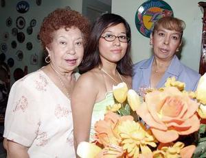 <b>31 de julio 2005</b><p> Tania Moreno Ramírez disfrutó de una fiesta de despedida de soltera, aquí con Marisa de la Cruz de Prone y Claudia Prone Rosales.