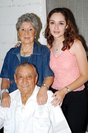 Por su próximo viaje e estudios  a la ciudad de Washington, Ana Laura Moreno fue despedida con una reunión por sus abuelitos Jesús Robles y Hortensia Mayagoitia.