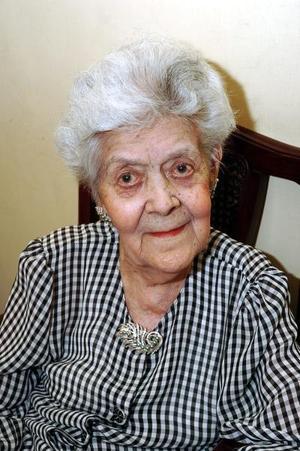 Con motivo de sus 100 años de vida, la señora Josefina Güitrón de Daíaz de León recibió numerosas felictaciones.