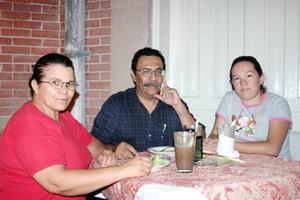 Gerardo Hernández del Río, Leticia Castro de Hernández y Ana Isabel Hernández Castro.