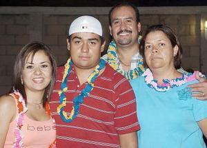 Pavel Díaz Rentería en compañía de sus papás y su hermana, quienes le organiuzaron una fiesta con motivo de su cumpleaños.