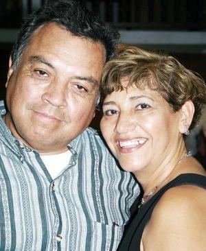 Rafael Limones y Graciela de Limones celebraron recientemente su 35 aniversario de matrimonio, con un convivio acompañados por sus familiares.
