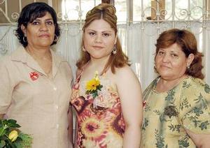 <b>02 de agosto 2005</b><p> Gabriela Caridad Zapata Rodríguez, en compañía de las anfitrionasa de su despedida de soltera.