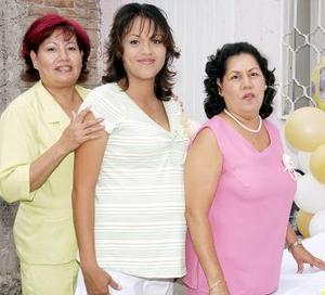 <b>01 de agosto 2005</b><p>  María del Socorro Elías de Velázquez recibirá en próxima fecha la visita de la cigüeña, y por ello Irma Mendoza Moreno y Lucila Martínez Machado le ofrecieron una fiesta de canastilla bíblica.