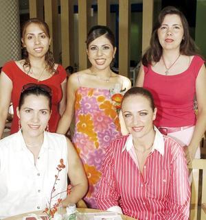 Fabiola Martínez de la Torre disfrutó de una despedida de soltera, a la que asistieron multiples invitadas y donde compartió agradables momentos.