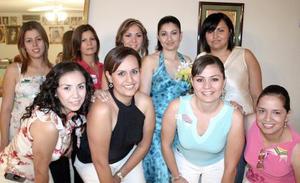 <b>01 de agosto 2005</b><p> Por su futuro matrimonio, Rocío Sifuentes Orozco disfrutó de una despedida que le ofreció su mamá, Margarita Orozco de Sifuentes, a la que asistieron múltiples invitadas para acompañarla.