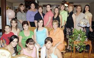 Berenice Ramírez de Jaidar acompañada por un grupo de invitadas, en la fiesta de canastilla que le ofrecieron Magdalena Grageda de Ramírez y Ángela López de Jaidar.