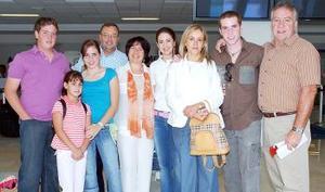 <b>01 de agosto 2005</b><p> Con destino a Cancún viajó la familia Martín.