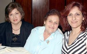 Guadalupe R. de Murra, Yamile G. de Murra y Mile M. de Ochoa.