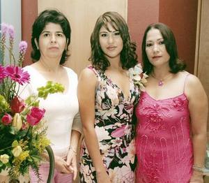 Las anfitrionas de la celebración, Marina Márquez de Nájera y Julia Woo de Ávila, junto a la festejada.