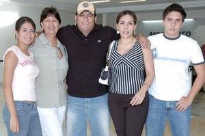 Pedro Guerrero viajó a la Ciudad de México y lo despidió Nancy Guerrero, Carmen Rodríguez, Fanny Guerrero y Alan Ávalos.