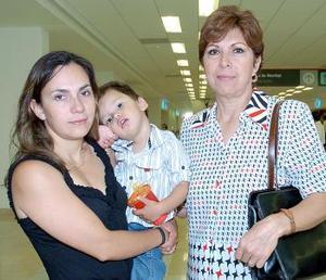<b>03 de agosto 2005</b><p>  Alma Martínez y Ethan Magadán vijaraon a Tijuana y los despidió Alma Gloria Velázquez.
